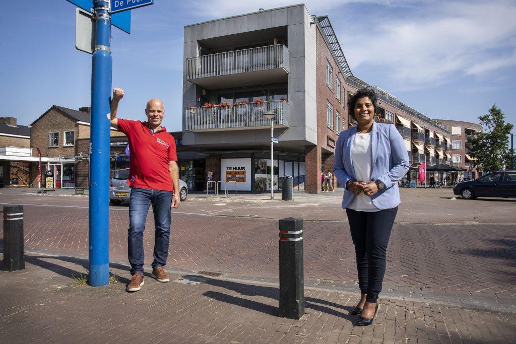 Op de foto: Hans Stromberger van de Vereniging van Dorpsbelangen Swifterbant, en wethouder economie en verkeer, Irene Korting. Hans Stromberger is blij met de actie. 'Met deze palen wordt het voetpad bij het winkelcentrum van Swifterbant een stuk veiliger', concludeert hij.